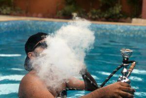 fumar en piscina comunitaria